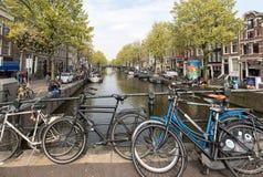 Ποδήλατο που σταθμεύουν στη γέφυρα επάνω από το κανάλι στο κεντρικό Άμστερνταμ Κάτω Χώρες Στοκ εικόνες με δικαίωμα ελεύθερης χρήσης