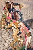 Ποδήλατο που τυλίγεται στο έγγραφο που ξεχνιέται που συνδέεται με τον πόλο Στοκ φωτογραφία με δικαίωμα ελεύθερης χρήσης