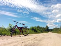 Ποδήλατο σε έναν δρόμο αμμοχάλικου σε μια φυσική φύση επαρχίας Αθλητισμός και ταξίδι με το ποδήλατο Στοκ φωτογραφία με δικαίωμα ελεύθερης χρήσης