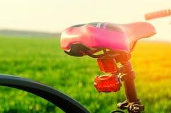 Ποδήλατο στενό σε επάνω φύσης, ταξίδι, υγιής τρόπος ζωής, περίπατος χωρών Στοκ φωτογραφία με δικαίωμα ελεύθερης χρήσης