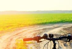 Ποδήλατο στενό σε επάνω φύσης, ταξίδι, υγιής τρόπος ζωής, περίπατος χωρών Πλαίσιο ποδηλάτων Στοκ φωτογραφίες με δικαίωμα ελεύθερης χρήσης