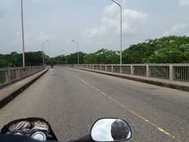 ποδήλατο ταξιδιού στη γέφυρα εθνικών οδών με φυσικό στοκ εικόνες