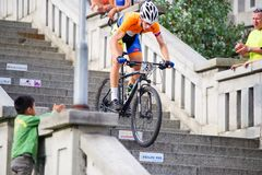Ποδήλατο MTB που συναγωνίζεται στα σκαλοπάτια στην πόλη Ruzomberok, Σλοβακία Στοκ Εικόνα