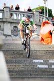 Ποδήλατο MTB που συναγωνίζεται στα σκαλοπάτια στην πόλη Ruzomberok, Σλοβακία Στοκ φωτογραφία με δικαίωμα ελεύθερης χρήσης