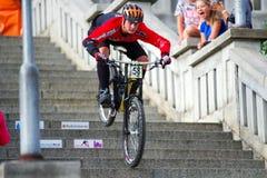 Ποδήλατο MTB που συναγωνίζεται στα σκαλοπάτια στην πόλη Ruzomberok, Σλοβακία Στοκ φωτογραφίες με δικαίωμα ελεύθερης χρήσης