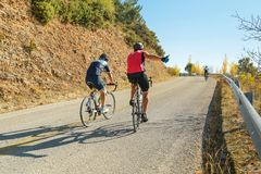 Ποδηλάτες ανηφορικοί αμέσως πριν από το χέρι τελών όπως Στοκ φωτογραφίες με δικαίωμα ελεύθερης χρήσης