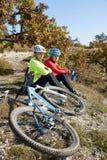 Ποδηλάτες βουνών που χαλαρώνουν στη βουνοπλαγιά Στοκ φωτογραφία με δικαίωμα ελεύθερης χρήσης