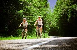 ποδηλάτες δύο στοκ εικόνες