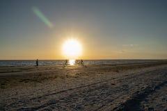 Ποδηλάτες και δρομέας αναψυχής στην παραλία Myers οχυρών κατά τη διάρκεια του ηλιοβασιλέματος στοκ εικόνα με δικαίωμα ελεύθερης χρήσης