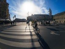 Ποδηλάτες στα σταυροδρόμια κοντά στο Gare de Lyon στο Παρίσι στοκ φωτογραφία με δικαίωμα ελεύθερης χρήσης