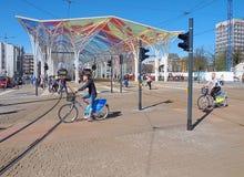 Ποδηλάτες στο κέντρο πόλεων στοκ εικόνα με δικαίωμα ελεύθερης χρήσης