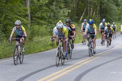 Ποδηλάτες στο κατώτατο σημείο ενός μακριού προς τα κάτω στοκ εικόνα με δικαίωμα ελεύθερης χρήσης