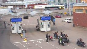 Ποδηλάτες στο σημείο ελέγχου πρίν φορτώνει στο πορθμείο στη Στοκχόλμη Ελσίνκι φιλμ μικρού μήκους