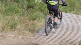 ποδηλάτης αθλητών προς τα κάτω απόθεμα βίντεο