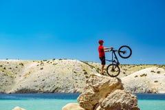 Ποδηλάτης βουνών που εξετάζει τα βουνά και την παραλία Στοκ φωτογραφία με δικαίωμα ελεύθερης χρήσης