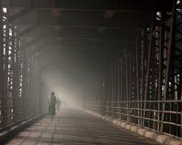 ποδηλάτης γεφυρών ομιχλώ&de Στοκ Φωτογραφία