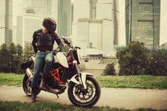 Ποδηλάτης και μοτοσικλέτα κοντά στη στο κέντρο της πόλης πόλη αστική στοκ φωτογραφία