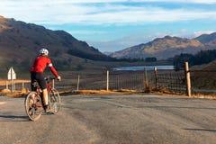 Ποδηλάτης κοντά σε Blea Tarn στην περιοχή λιμνών στοκ εικόνες με δικαίωμα ελεύθερης χρήσης