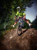 Ποδηλάτης ποδηλάτων βουνών που οδηγιέται στην μπροστινή ρόδα Στοκ Εικόνα