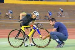 Ποδηλάτης που έχει το πρόβλημα με το ποδήλατο Στοκ Εικόνες