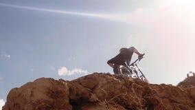 Ποδηλάτης που οδηγά ένα ποδήλατο downhill Ακραία έννοια αθλητικού Biking στοκ εικόνα