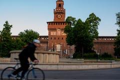 Ποδηλάτης που οδηγά στο ποδήλατο μόνο σε μια σήραγγα πόλεων, τρόπος ζωής ποδηλάτων Στοκ εικόνα με δικαίωμα ελεύθερης χρήσης