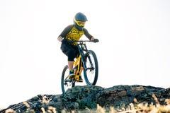 Ποδηλάτης που οδηγά το ποδήλατο βουνών στο θερινό δύσκολο ίχνος στο βράδυ Ακραίος αθλητισμός και έννοια ανακύκλωσης Enduro στοκ φωτογραφίες με δικαίωμα ελεύθερης χρήσης