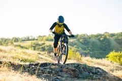 Ποδηλάτης που οδηγά το ποδήλατο βουνών στο θερινό δύσκολο ίχνος στο βράδυ Ακραίος αθλητισμός και έννοια ανακύκλωσης Enduro στοκ φωτογραφία με δικαίωμα ελεύθερης χρήσης