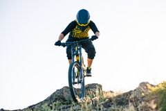 Ποδηλάτης που οδηγά το ποδήλατο βουνών στο θερινό δύσκολο ίχνος στο βράδυ Ακραίος αθλητισμός και έννοια ανακύκλωσης Enduro στοκ φωτογραφίες