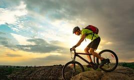 Ποδηλάτης που οδηγά το ποδήλατο στο δύσκολο ίχνος στο ηλιοβασίλεμα Ακραίος αθλητισμός και έννοια Enduro Biking στοκ εικόνες με δικαίωμα ελεύθερης χρήσης
