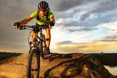 Ποδηλάτης που οδηγά το ποδήλατο στο δύσκολο ίχνος στο ηλιοβασίλεμα Ακραίος αθλητισμός και έννοια Enduro Biking στοκ φωτογραφία με δικαίωμα ελεύθερης χρήσης