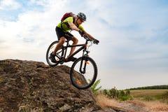 Ποδηλάτης που οδηγά το ποδήλατο στο δύσκολο ίχνος φθινοπώρου στο ηλιοβασίλεμα Ακραίος αθλητισμός και έννοια Enduro Biking στοκ φωτογραφίες με δικαίωμα ελεύθερης χρήσης