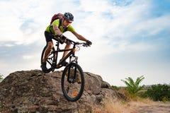 Ποδηλάτης που οδηγά το ποδήλατο στο δύσκολο ίχνος φθινοπώρου στο ηλιοβασίλεμα Ακραίος αθλητισμός και έννοια Enduro Biking στοκ εικόνες