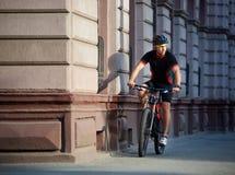 Ποδηλάτης που περνά τα ιστορικά κτήρια στο ποδήλατο Στοκ Εικόνα