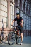 Ποδηλάτης που στέκεται κοντά στο ποδήλατο που σκέφτεται για τη μελλοντική επιτυχία Στοκ Εικόνες