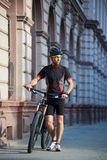 Ποδηλάτης που στέκεται κοντά στο ποδήλατο που σκέφτεται για τη μελλοντική επιτυχία Στοκ εικόνες με δικαίωμα ελεύθερης χρήσης