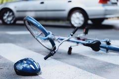 Ποδηλάτης που χτυπιέται στο για τους πεζούς πέρασμα Στοκ Φωτογραφίες