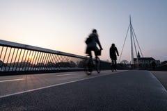 Ποδηλάτης σε μια γέφυρα ποδηλάτων στη Οντένσε, Δανία στοκ εικόνες