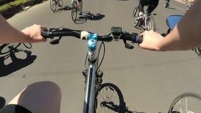 Ποδηλάτης σε μια παρέλαση ποδηλάτων στο δρόμο φιλμ μικρού μήκους
