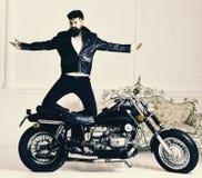Ποδηλάτης Hipster βάναυσος στο σακάκι δέρματος στη μοτοσικλέτα που απολαμβάνει την αφθονία η έννοια σκακιού επισκόπων ανασκόπησης Στοκ φωτογραφία με δικαίωμα ελεύθερης χρήσης