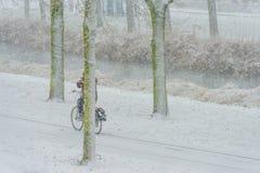 Ποδηλατών στο χιόνι το χειμώνα Στοκ Φωτογραφία