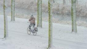 Ποδηλατών στο χιόνι το χειμώνα Στοκ Εικόνες
