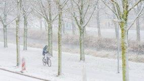 Ποδηλατών στο χιόνι το χειμώνα Στοκ Φωτογραφίες