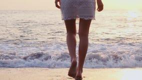 Ποδιών νέος καυκάσιος θηλυκός υγιής υπαίθριος τρόπου ζωής περπατήματος παραλιών ξυπόλυτος ωκεανός ταξιδιού διαβίωσης ακτών τροπικ απόθεμα βίντεο