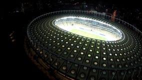 Ποδοσφαιρικό παιχνίδι στο τεράστιο όμορφο στάδιο με το δροσερό φωτισμό, εναέρια άποψη απόθεμα βίντεο