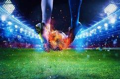 Ποδοσφαιριστές με το soccerball στην πυρκαγιά στο στάδιο κατά τη διάρκεια της αντιστοιχίας Στοκ Εικόνες