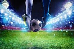 Ποδοσφαιριστές με το soccerball στο στάδιο κατά τη διάρκεια της αντιστοιχίας Στοκ Φωτογραφίες