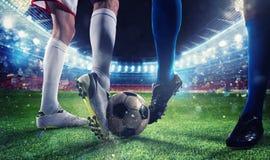 Ποδοσφαιριστές με το soccerball στο στάδιο κατά τη διάρκεια της αντιστοιχίας Στοκ Εικόνες