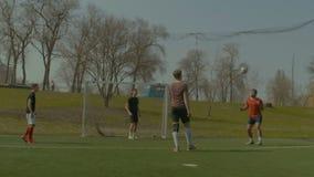 Ποδοσφαιριστές που ασκούν το ποδόσφαιρο στην πίσσα απόθεμα βίντεο