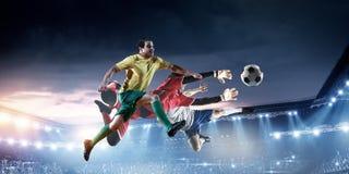 Ποδοσφαιριστές στο στάδιο στη δράση r στοκ φωτογραφίες με δικαίωμα ελεύθερης χρήσης